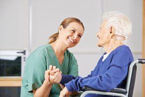 personne-agee-et-infirmiere